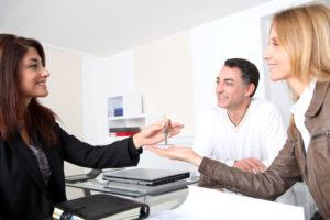 Как лучше переоформить квартиру на жену